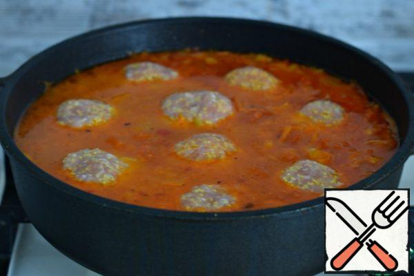 Form meatballs from minced meat (each 85-90 g), put meatballs in the sauce.