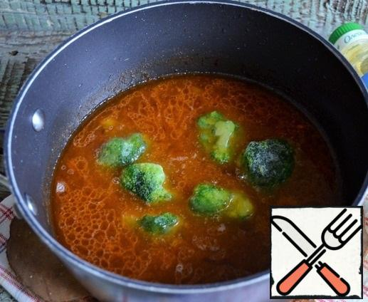 Carefully pour in the beer, add the broccoli and cook for a couple of minutes, the heat is below average.