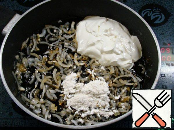 In the same pan, pour another 2 tablespoons of vegetable oil and fry the onion chopped into strips. Add sour cream and 2 tablespoons of flour and mix.
