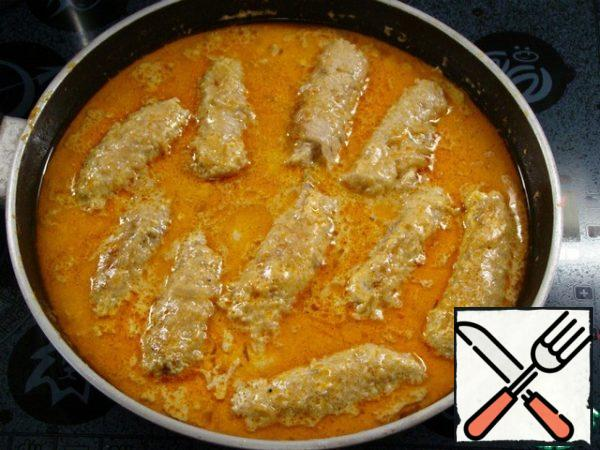 Put the meat rolls in the sauce. The sauce should completely cover the rolls, so if necessary, add broth or hot water.