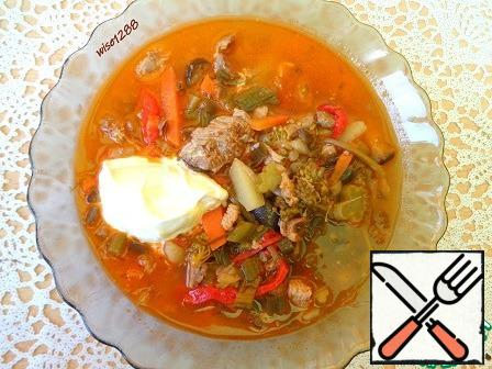 Transfer the contents of the pan to a pot of broth, add fresh tomato puree, broccoli, garlic arrows, meat, potatoes, sweet pepper, and salt. Cook for 20 minutes from the moment of boiling. Serve hot with sour cream. Bon Appetit!!!