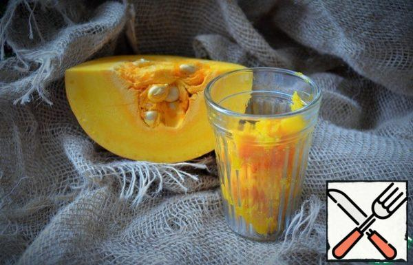 Bake the pumpkin in the oven or cook it. Punch the pulp with a blender or RUB it through a sieve.
