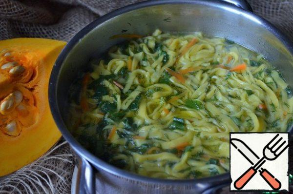 Add the carrot straws to the broth, cook for 3 minutes, add the cooked pumpkin noodles, salt to taste, and add the chopped herbs. Take the amount of broth to taste, thick or more liquid soup you want to cook.