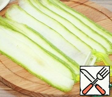 Zucchini cut into plates and fry until transparent in sunflower oil.