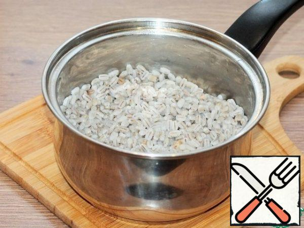 Wash the pearl barley and fill it with water and leave it overnight. The next day, wash the pearl barley and boil it in salted water until it is half cooked.