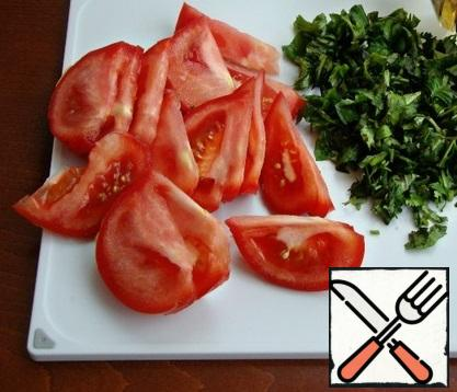 While the vegetables stew, prepare the tomatoes and herbs. Tomatoes cut into large slices, part of the coriander and Basil chopped.