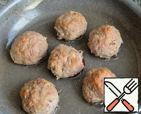 Prepare meatballs, this can be done in a frying pan or in the oven. In my case, beef and onion, baked in the oven.