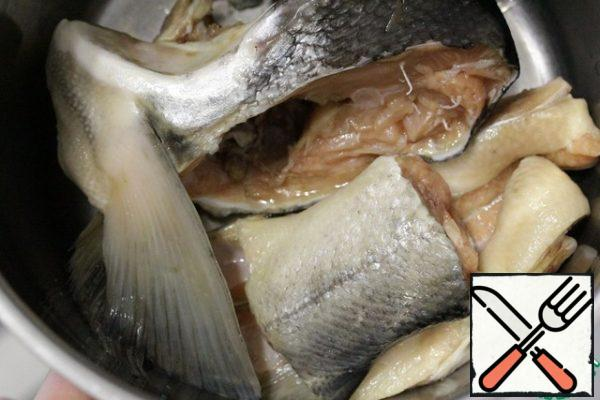 To make this soup, you can use the remains of baked or boiled fish, or you can cook it specially. I boiled some chum salmon.