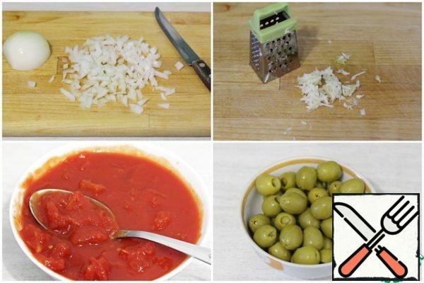 Finely chop the onion. Grate the garlic on a fine grater or pass it through a press. Tomatoes in their own juice, if you have them whole, you need to cut into small pieces. By the way, this can be done with kitchen scissors right in the jar. Drain the brine from the olives.