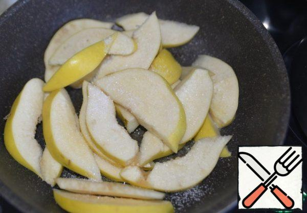In a frying pan, melt the butter, put the quince, sprinkle with sugar, fry until Golden.