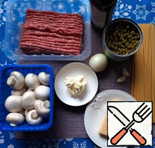 First you need to prepare all the ingredients - peel the onion and garlic, defrost the minced meat or twist the meat through a meat grinder, if there is no ready-made.