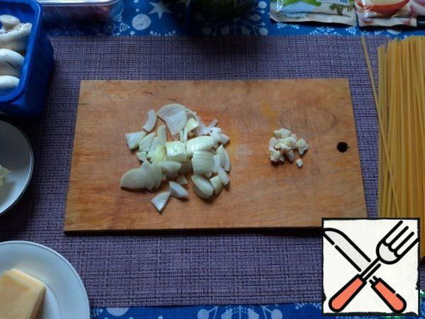 Chop the onion and garlic finely. In a frying pan, melt the butter, add the olive oil and fry the onion and garlic until Golden.
