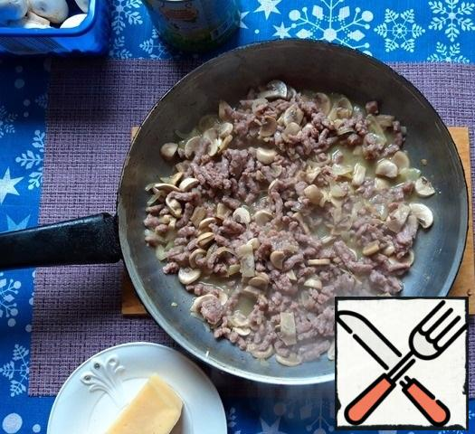 "Add the minced meat and mix again. Add salt to taste, seasoning ""Herbs of Italian cuisine"". Fry everything together for about 10 minutes."