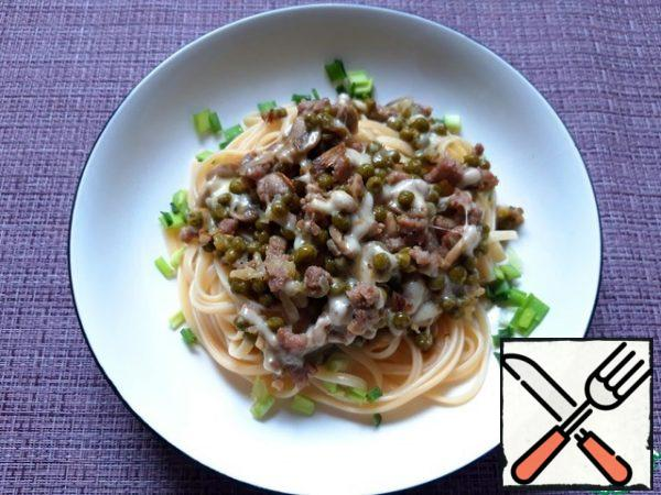 Bring the pasta water to a boil, add salt, and boil the pasta until tender. Put a portion of pasta on a plate, top with a portion of minced meat with mushrooms and peas. Sprinkle with chopped herbs. Bon Appetit!