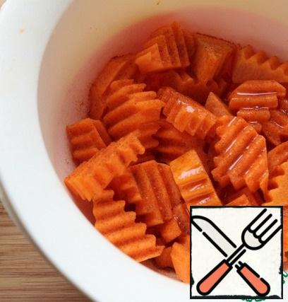 Cut the carrots and pumpkin into pieces. Pour 2 tbsp of oil and spices to taste. Mix well, put in a baking dish, sprinkle with 3 chopped garlic cloves, cover the form with foil. The oven is preheated to 200 degrees. Bake for 30 minutes.