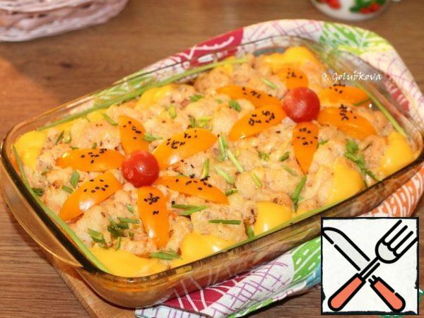 Ready hot dish sprinkle with grated cheese. I have Poshekhonsky cheese, it instantly melted and I did not have to warm up the dish once again. Decorate the dish with melted plate cheese, tomato slices (yellow) and green onions.