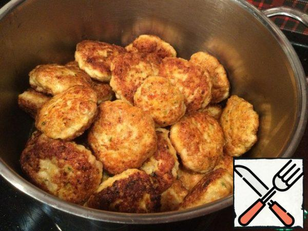 Put the cutlets in a thick-bottomed pot. When all the cutlets are ready, cover the pan with a lid and put on a very slow fire (I have an induction I put on 3), simmer for 12-15 minutes.