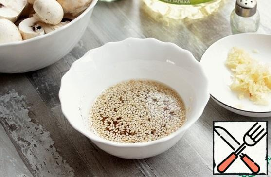 In a bowl, pour sunflower oil, add balsamic vinegar, add sesame seeds, salt, spices to your taste, garlic, mix everything. Straightening to your taste, maybe someone has more to add vinegar, salt to someone.
