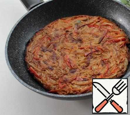 In a frying pan, pour vegetable oil, heat, put the prepared vegetables, fry under the lid for 5-7 minutes. Then turn it over and continue frying for 3-4 minutes.