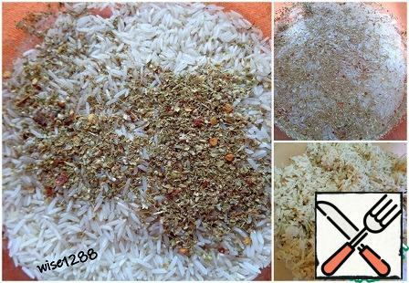 Boil the rice in a convenient way with the addition of seasoning.