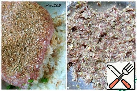 Combine minced meat with onion, garlic, seasoning, rice, and salt. Stir.