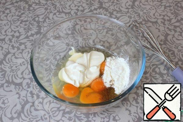 In a deep bowl, break 4 raw eggs. Add sour cream, starch, ground black pepper. Salt the filling to taste.