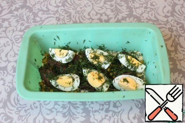 Then I put half of the boiled eggs and sprinkle with half of the dill. I fill the top fill to close the bulk of the products already laid out in the form.