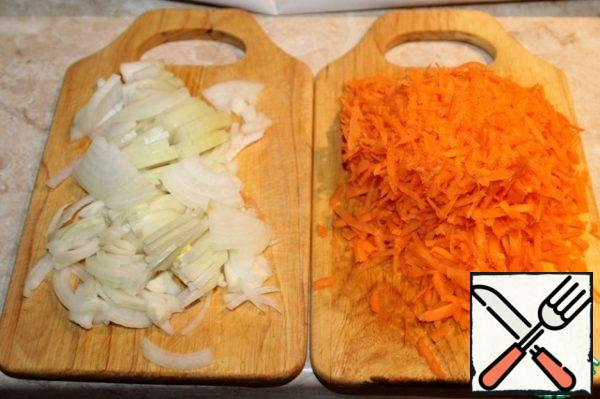 1.5 onions cut, carrots grate on a coarse grater.