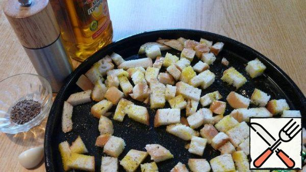 First, prepare homemade crackers. Three or four slices of white loaf cut into small pieces. Salt, pepper, sprinkle a little cumin seeds, squeeze a clove of garlic and sprinkle with mustard oil. Stir and put in the oven to dry until Golden brown.