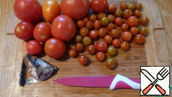 Tomatoes wash, the mode is arbitrary pieces. I like it when the pieces are different sizes. Salt, who likes can sprinkle a little sugar (so the taste of tomatoes becomes brighter), sprinkle with mustard oil. Cut a piece of smoked mackerel finely, almost into a paste.