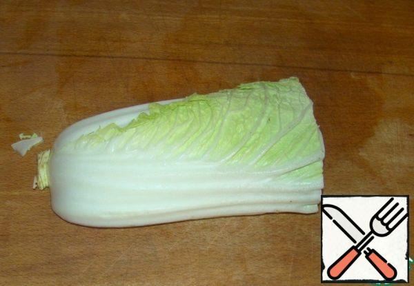 Thinly chop the Peking cabbage.
