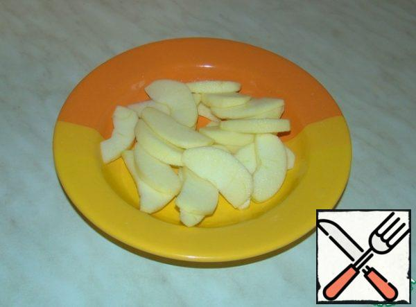Peel the apples and remove the core. Cut thin slices. Sprinkle with lemon juice to avoid darkening.