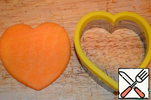Peel the pumpkin and cut out the cookie cutter hearts 1 cm thick.