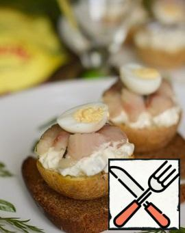 Cut the potatoes into 2 parts, put the cucumber-onion mixture on top, then put the herring pieces and half an egg. You can serve it on slices of black bread or just like that.