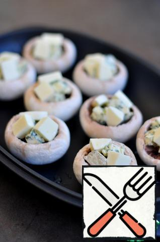 Cut the Gorgonzola and mozzarella into small cubes and place on the mushrooms. Salt is not necessary.