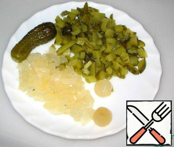 Gherkins and onions (6 PCs.) finely chopped. Leave a couple of pieces for decoration.