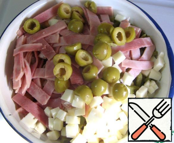 Cut the olives in half.
