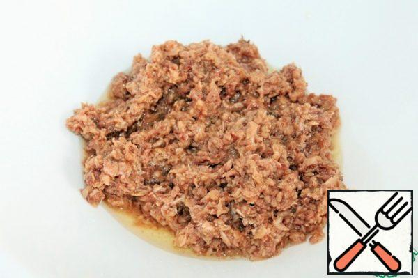Tuna I used canned knead into small pieces with a fork, if you serve like me, if in a common salad bowl, you can leave the pieces. You can also use baked tuna.