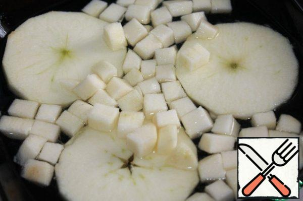 Peel the apple. Cut into even circles for serving and cubes to add to the salad. from half a lemon squeeze the juice is combined with a glass of water and send our apples there for a short time. After that, we dry them a little. Thus, they will not darken and acquire a beautiful apple-lemon flavor.