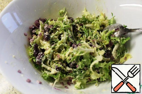 Fill the salad, let it soak for a couple of minutes and serve. when serving, you can spread out portions and decorate with a bow of cheese, squeezing it on top of the salad.
