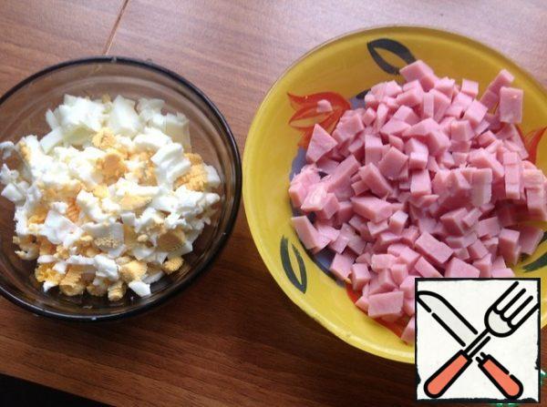 cut the eggs and ham into medium cubes.