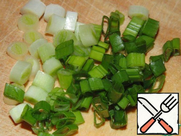 Finely chop the green onion, parsley and dill.