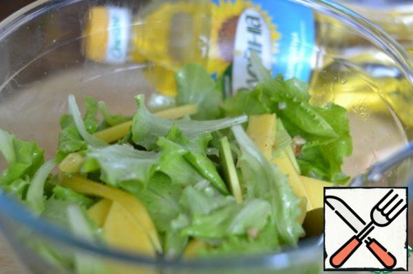 Mix sunflower oil with lemon juice. Beat with a fork. Pour the sauce over the salad. Mix everything well. Put it in the refrigerator for half an hour.