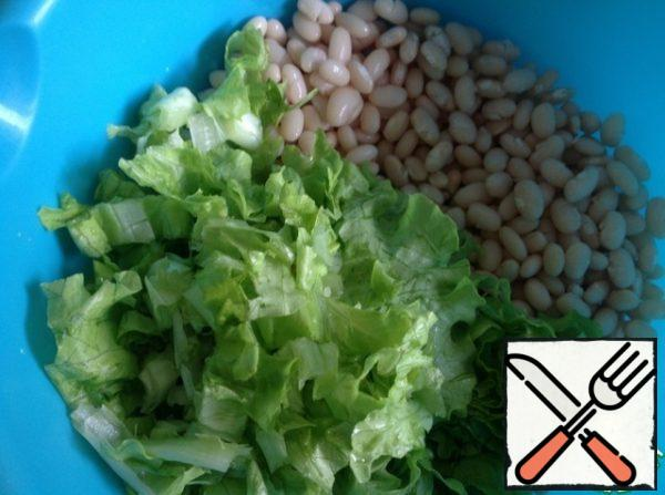 Add chopped lettuce leaves to the boiled beans.
