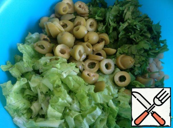 Finely chop the coriander, cut the olives into small circles.