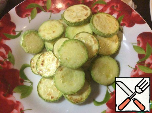 Meanwhile, in another dry pan, fry the sesame seeds until light Golden brown. Remove the zucchini from the pan into a plate and cover it so that the zucchini does not cool down.