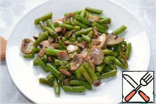 Green beans and cut the slices of button mushrooms lightly fried in vegetable oil.