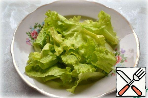 Tear the lettuce leaves with your hands.