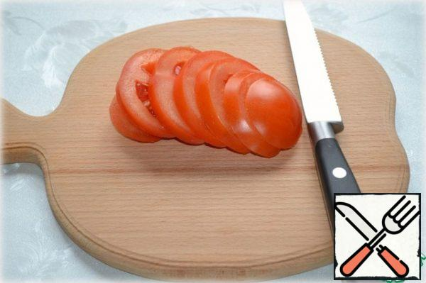 Cut the tomato into half rings