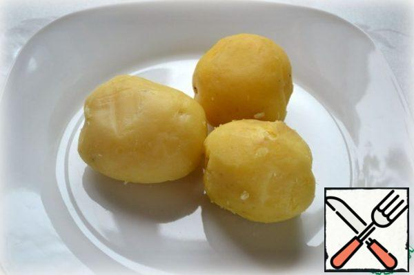 Boil the potatoes in salt water and peel them.
